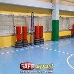 Sportive protezioni colonne di cemento in una palestra