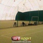 Protezioni pali con gomma antiurto in un campo indoor