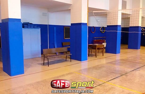 Pilastri con protezioni sportive in una palestra scolastica