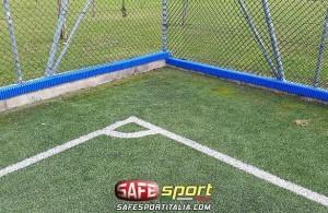 Cordolo esterno con protezione antitrauma di un muretto nel campo da calcio